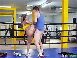 raunchy boxing session turns into hardocre pussy catapulting with Richelle Ryan