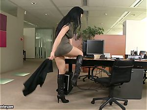 Apple-bottom cockslut Aletta Ocean teases everyone with her luscious behind