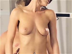 Rahyndee gets a vulva workout at the gym