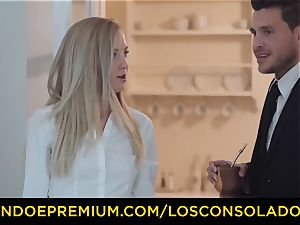 LOS CONSOLADORES - elastic arse woman pummels boyfriend and gf